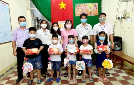 Tặng quà Trung thu trẻ em nghèo, khó khăn và hoàn cảnh đặc biệt ở TP. Long Xuyên