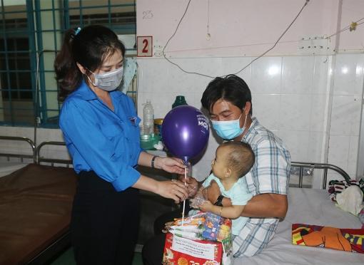 Bệnh viện Sản-Nhi An Giang tặng 170 phần quà Trung thu cho bệnh nhân nhi đang điều trị nội trú