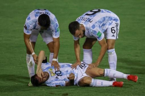 PSG nhận tin sét đánh, Messi dính chấn thương đầu gối