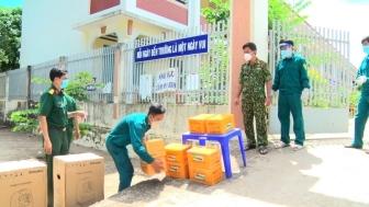 Ban Chỉ huy Quân sự huyện Phú Tân cấp phát lương khô và nhu yếu phẩm các khu điều trị F0