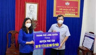 TP. Long Xuyên thăm, tặng 300 phần quà cho người dân huyện Phú Tân bị ảnh hưởng dịch COVID-19