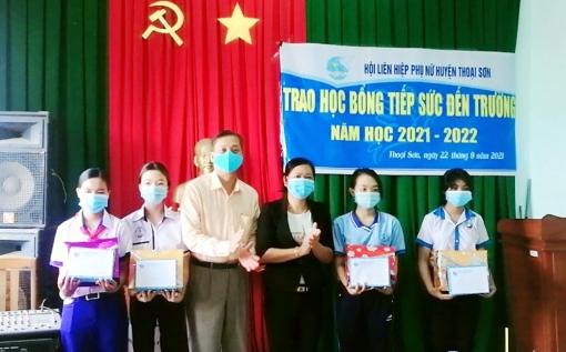 Hội Liên hiệp Phụ nữ huyện Thoại Sơn trao 14 suất học bổng cho học sinh nghèo hiếu học