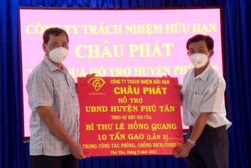 Phú Tân tiếp nhận trang thiết bị, vật tư y tế