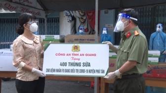 Công an An Giang trao quà hỗ trợ huyện Phú Tân phòng, chống dịch COVID-19
