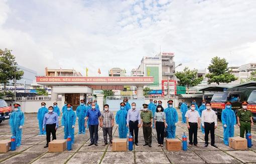 Công an An Giang tặng 2.000 bình ô-xy y tế và 50 tấn gạo hỗ trợ phòng, chống dịch COVID-19