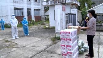 Phó Bí thư Thường trực Huyện ủy Phú Tân thăm, động viên các y, bác sĩ tham gia điều trị bệnh nhân COVID-19
