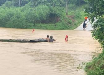 Mưa lũ lớn, hơn 700 ngôi nhà bị ngập, sạt, 1 người bị nước cuốn mất tích