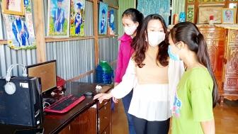 Trường THCS Lê Hồng Phong tặng 11 máy tính cho học sinh học trực tuyến