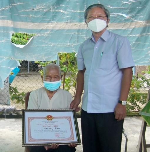 Bí thư Huyện ủy Tri Tôn thăm 2 cụ bà 101 tuổi