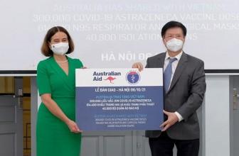 Tiếp nhận 300.000 liều vaccine COVID-19 và thiết bị y tế từ Australia