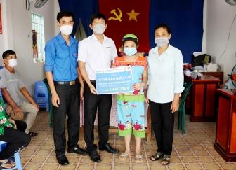 Thêm 40 thẻ bảo hiểm y tế cho học sinh ở thị trấn An Châu có hoàn cảnh khó khăn