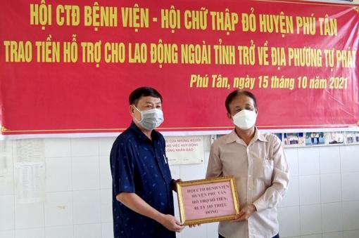 Hội Chữ thập đỏ huyện Phú Tân tiếp nhận và trao tiền hỗ trợ cho lao động về quê