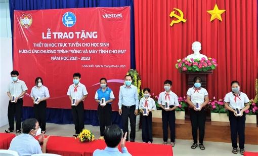 Trao 123 điện thoại thông minh cho học sinh khó khăn ở TP. Châu Đốc học trực tuyến