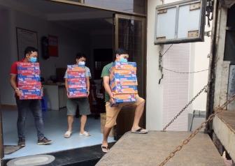 Công đoàn cơ sở Báo An Giang tặng nhu yếu phẩm hỗ trợ người dân gặp khó khăn do ảnh hưởng dịch bệnh COVID-19 huyện Phú Tân