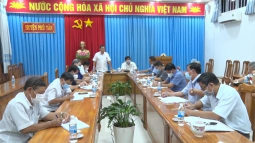 Phú Tân triển khai tiêm vaccine và khử khuẩn, vệ sinh môi trường phòng, chống dịch COVID-19