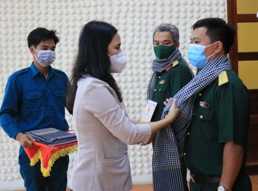 Lãnh đạo TP. Long Xuyên thăm, động viên cán bộ, chiến sĩ tham gia tiếp nhận công dân về quê hương