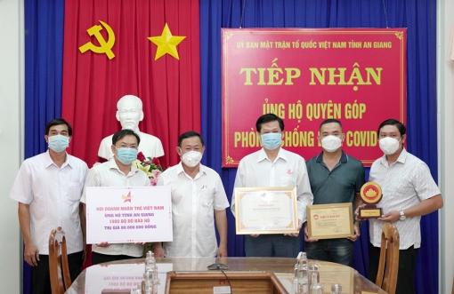 Hội Doanh nhân trẻ Việt Nam tặng tỉnh An Giang 1.000 bộ đồ bảo hộ y tế
