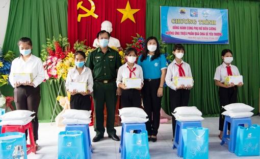 Tặng quà cho phụ nữ và học sinh ở Nhơn Hội có hoàn cảnh khó khăn do ảnh hưởng dịch COVID-19