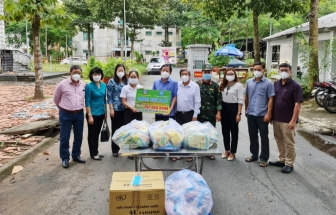 Tổ công tác 970 tặng 12.000 túi an sinh cho An Giang