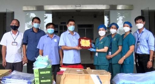 Thêm nguồn ủng hộ vật tư y tế hỗ trợ huyện Phú Tân phòng, chống dịch COVID-19