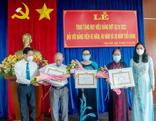 Ban Thường vụ Thành ủy Long Xuyên trao huy hiệu Đảng cho các đảng viên cao niên tuổi Đảng
