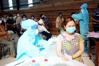 Lãnh đạo huyện Chợ Mới thăm, tặng quà lực lượng quân sự hỗ trợ tiêm vaccine phòng COVID-19 cho huyện