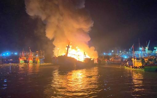 Cháy 5 tàu cá đang neo đậu tại cảng cá Quy Nhơn