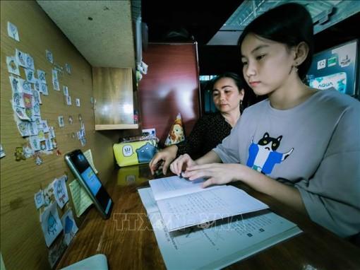 Cha mẹ lo lắng về chất lượng giáo dục, sức khỏe của con khi học trực tuyến