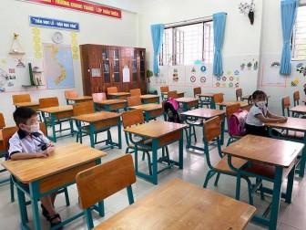 Hơn 200 học sinh TP.HCM đến trường sau 165 ngày nghỉ học
