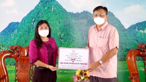Tặng 100 máy đo nồng độ ô-xy trong máu cho huyện Tịnh Biên