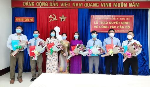 Ban Thường vụ Huyện ủy Châu Phú trao quyết định điều động, bổ nhiệm 7 cán bộ
