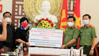 Đoàn doanh nhân TP. Hồ Chí Minh trao tặng quà  cán bộ, chiến sĩ Công an An Giang ở tuyến đầu chống dịch