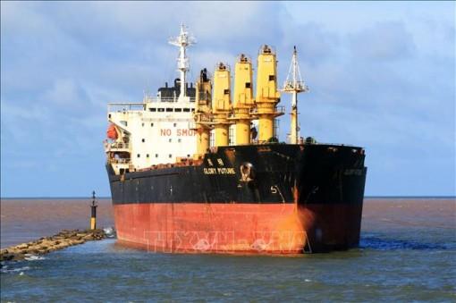 Cứu hộ tàu vận tải 28.000 tấn mắc cạn ở vùng biển Cửa Việt, Quảng Trị