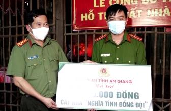 """Đại tá Đinh Văn Nơi, Giám đốc Công an An Giang trao tiền cất nhà """"Nghĩa tình đồng đội"""""""