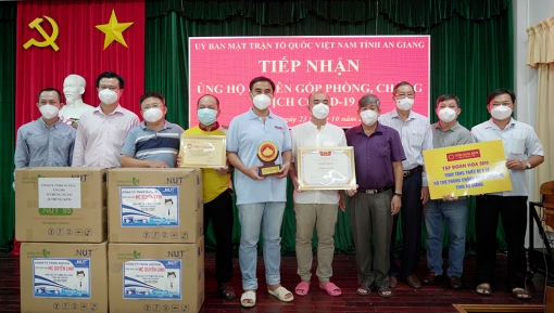 An Giang tiếp nhận trang thiết bị y tế và nhu yếu phẩm do đoàn từ thiện Tập đoàn Hoa Sen trao tặng