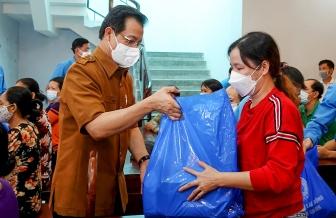 """Liên đoàn Lao động tỉnh An Giang trao tặng """"Túi an sinh công đoàn"""" cho đoàn viên, người lao động ảnh hưởng bởi dịch bệnh COVID-19"""