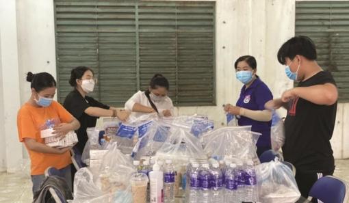 Tình nguyện viên chăm sóc bệnh nhân COVID-19