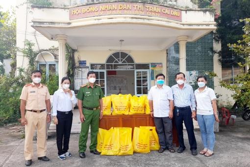 Châu Phú: Trao 2.275 phần quà và túi an sinh cho người dân trở về từ vùng dịch đang thực hiện cách ly