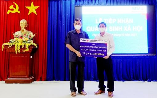 Doanh nghiệp ủng hộ huyện Phú Tân 5,9 tỷ đồng chăm lo an sinh xã hội và phòng, chống dịch COVID-19