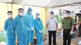 Tổ công tác đặc biệt của UBND tỉnh An Giang kiểm tra công tác phòng, chống dịch COVID-19 và trao quà cho bà con huyện Chợ Mới