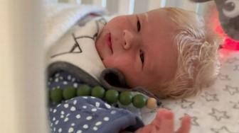Kỳ lạ em bé sinh ra có mái tóc trắng như tuyết